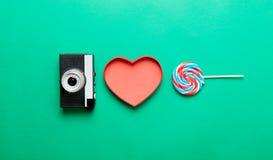 Camera, hart gevormde doos en lolly royalty-vrije stock foto