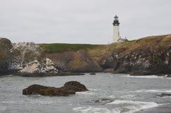 Camera leggera capa di Yaquina sulla costa dell'Oregon fotografie stock libere da diritti