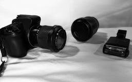 Camera, lens en flits over a met achtergrond royalty-vrije stock fotografie
