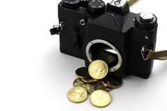 Camera met dollars die van het gieten stock foto's