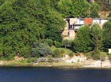 Camera moderna vicino alla riva del lago immagini stock
