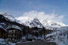 Camera in montagne di Alpes coperte di neve e di foresta di inverno vicino a Mont Blanc, Italia Immagine Stock Libera da Diritti