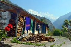 Camera nel villaggio di Gurung Vita nepalese di ogni giorno Il Tibet, i picchi della neve Fotografia Stock Libera da Diritti