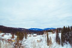 Camera nell'inverno nel villaggio fotografia stock