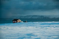 Camera nell'inverno sulla strada al capo del nord Fotografie Stock