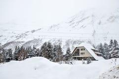 Camera nella foresta di inverno sui precedenti delle montagne nevose fotografia stock libera da diritti