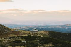 Camera nelle montagne della Bulgaria al tramonto immagine stock