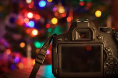 Camera onder een Kerstboom Royalty-vrije Stock Foto's