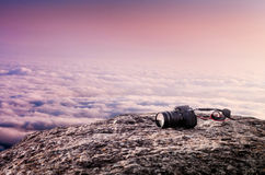 Camera op de steen en wolkenhemel Royalty-vrije Stock Fotografie