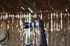 Camera op driepoot in een cultureel huis stock foto