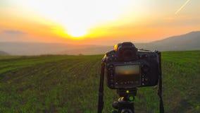 Camera op een driepoot, die landschap schieten stock afbeeldingen