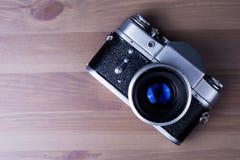 Camera op een houten lijst, een oude camera Stock Afbeelding