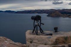 Camera's die foto's van meer Titicaca in Copacabana nemen stock foto's