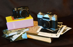 Camera's en fotoalbums Kleur en zwart-witte foto's Techniek van jaren voorbij Stock Afbeeldingen