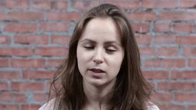 In camera spreekt het portret jonge meisje met lange wimpers, glimlacht afgietsel Actrice stock video