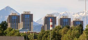 Camera su un fondo delle montagne Almaty, il Kazakistan Immagine Stock