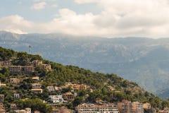Camera su una montagna mallorcan con la più grande montagna nel backg Fotografia Stock Libera da Diritti