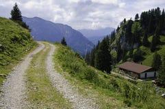 Camera su una strada tedesca del fianco di una montagna Immagine Stock Libera da Diritti