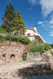 Camera sulla collina nel villaggio pittoresco di Antraigues-sur-V Fotografia Stock Libera da Diritti