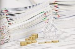 Camera sulle monete di oro del mucchio di punto di conto e della sfuocatura di finanza Immagini Stock