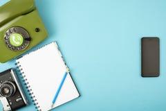 Camera, telefoon, notitieboekje, potlood in een mobiele telefoon wordt gecombineerd die Concept op een kleurenachtergrond Ruimte  stock foto