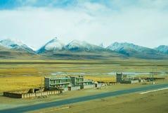 Camera tibetana nel fondo delle montagne e della campagna Fotografia Stock Libera da Diritti
