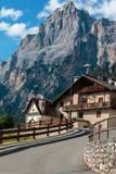 Camera tipica in alpi europee Mountain& x27; paesaggio di s e Ro d'avvolgimento Fotografie Stock