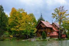 Camera vicino al lago nella foresta, giorno di autunno Immagini Stock Libere da Diritti