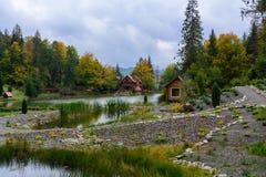 Camera vicino al lago nella foresta, giorno di autunno Fotografia Stock