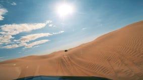 Cameraauto in de de woestijnbestuurder POV van de Sahara stock video