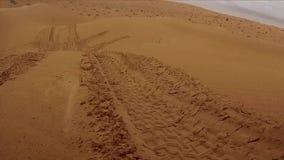 Cameraauto in de woestijn van de Sahara stock videobeelden