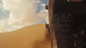 Cameraauto in de woestijn van de Sahara stock video