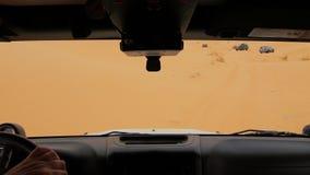 Cameraauto in de woestijn van de Sahara, bestuurder POV stock video