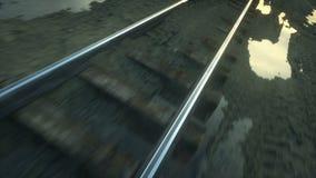 Camerabewegingen langs spoorweg Prachtige Zonsondergang Realistische cinematic 4k animatie stock videobeelden
