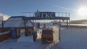 Camerabewegingen omhoog van Rode Kamaz Lorry Driving Through Gate stock videobeelden