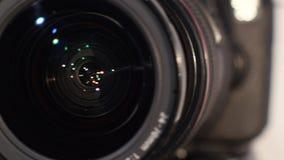 Cameralens met lensebezinning - draaien stock video