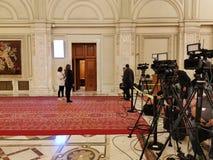 Cameralieden klaar voor persconferentie stock afbeeldingen