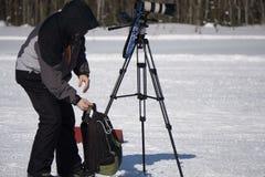 Cameraman avec une caméra vidéo sur le rapport TV de tir Émissions TV dans la grande ville photographie stock libre de droits