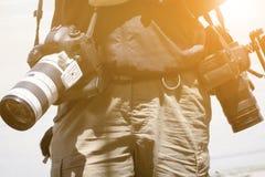 Cameraman con su tiroteo de la cámara de vídeo fotos de archivo libres de regalías