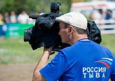 Cameraman de la televisión ocupado en el trabajo Imagenes de archivo