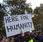 Cameraman de las noticias en la reunión política, aquí para la humanidad, Washington Square Park, NYC, NY, los E.E.U.U. Foto de archivo libre de regalías