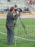 Cameraman en fútbol imagen de archivo