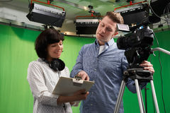 Cameraman And Floor Manager in Televisiestudio stock afbeelding