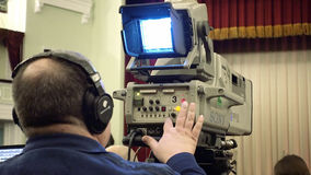 Cameraman met een grote TV-uitzendingscamera Stock Afbeeldingen
