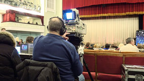 Cameraman met een grote TV-uitzendingscamera Stock Fotografie