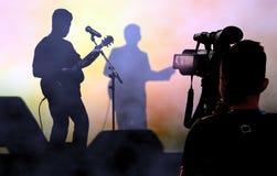 Cameraman opname en uitzenden levend op overleg dat videocamera met behulp van stock foto's