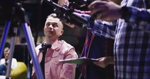 Cameraman in proces van het werk in studio stock footage