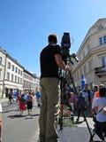 Cameraman professionnel Filming et radiodiffusion sur la plate-forme dans la ville photographie stock