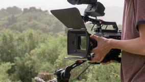 Cameraman que busca el tiro perfecto fotos de archivo