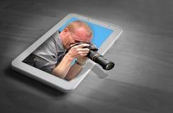 Cameraman sur le dispositif de comprimé photos stock